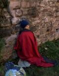 Bettler mit warmem Mantel